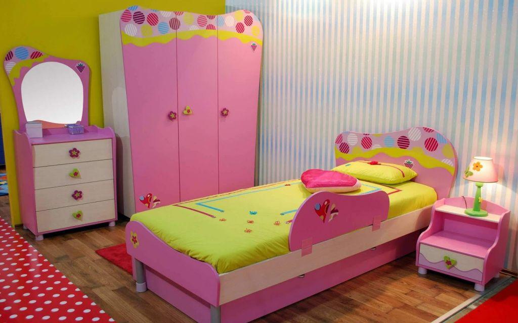 kamar tidur dengan furnitur nuansa pink